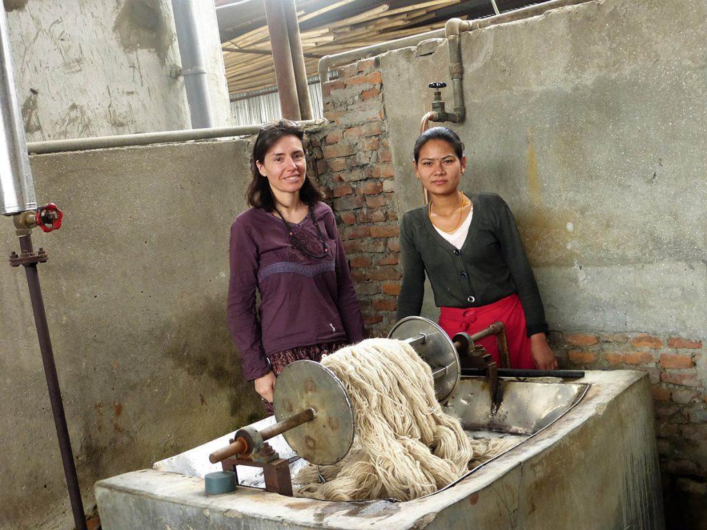 Hilando la lana en un taller de comercio justo en Nepal