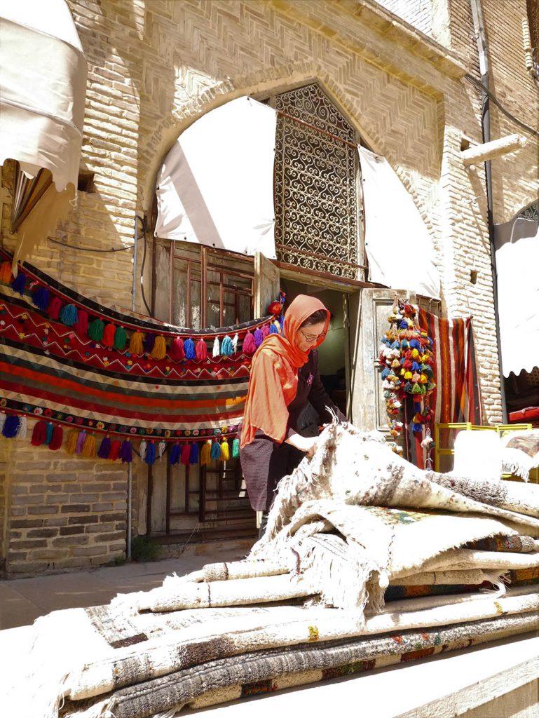 Nerea escogiendo alfombras Nómadas